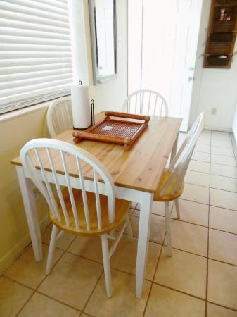 Click to enlarge image Dining area for you and guests - Barefoot Dayz - Wonderful Studio Condo at Island Retreat